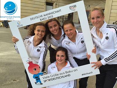 """5 Mädchen in Trainingsanzügen halten einen Bilderrahmen """"Deutsche Mannschaft Baku 2015"""" in die Kamera"""